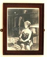 Joanne  Woodward (1930-) Amerikai Színésznő, Producer   Saját Kezű Aláírása Egy A Művésznőt ábrázoló Fotón, üvegezett Ke - Other Collections