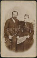 Cca 1900 Házaspár Műtermi Fotója, Mayer Béla Műterméből, Felületén Törésnyom, 20×13 Cm - Autres Collections