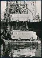 Cca 1950-1960 Ghána, Buszok érkezése, Kipakolás A Hajóról, Németül Feliratozott Sajtófotó, 17,5×13 Cm - Autres Collections