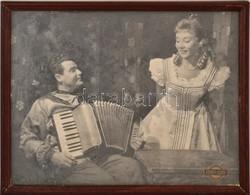 Cca 1960 Azonosítatlan Színészek, Nagyméretű Fotó, Fény-Szöv, üvegezett Fa Keretben, 29,5×23,5 Cm - Autres Collections