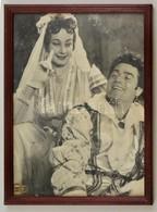 Cca 1960 Azonosítatlan Színészek, Nagyméretű Fotó, Fény-Szöv, üvegezett Fa Keretben, 28,5×21,5 Cm - Autres Collections