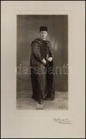 1930 Díszruhás úr Fotója, Fotó Kartonon, Komárom, Wojtowicz R., A Hátoldalon Az úr Jegyesének Szóló Sorokkal, Igényes Pa - Autres Collections
