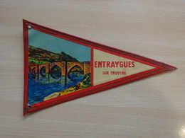 Fanion Touristique France ENTRAYGUES SUR TRUYERE (vintage Années 60) - (Vaantje - Wimpel - Pennant - Banderin) - Recordatorios