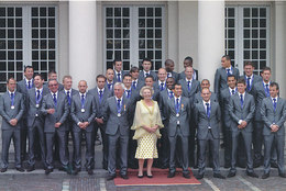 DP00606 - NETHERLANDS - DUTCH ROYALTY - QUEEN BEATRIX AND DUTCH SOCCER TEAM - CP ORIGINAL ROYAL PRESS 468 - Familles Royales
