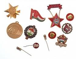 Vegyes: 12db-os Szocialista Jelvény, Kitűző és Emlékérem Tétel, Közte úttörő és KISZ-es Darabok Is T:2 - Coins & Banknotes