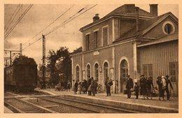 36. CPA. REUILLY. La Gare, Les Quais, Voyageurs, Arrivée Du Train. - France