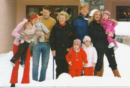 DP00627 - NETHERLANDS - DUTCH ROYALTY - QUEEN BEATRIX - ROYAL FAMILY WINTER HOLIDAYS CP ORIGINAL ROYAL PRESS 296 - Familles Royales
