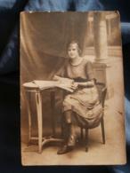 Carte Photo  Jeune Fille Assise Regardant Un Journal - L417 - Photographie