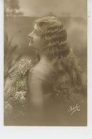 FEMMES - FRAU - LADY - Jolie Carte Fantaisie Portrait Femme Aux Longs Cheveux Ondulés - Women