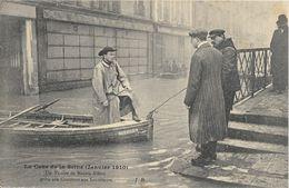 La Crue De La Seine Janvier 1910 - Un Vicaire De Maison-Alfort, En Barque, Prête Son Concours Aux Sauveteurs - Inondations