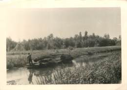 Photo Ancienne 13 X 9 Cm Du Marais Poitevin - Vannier Conduisant à La Perche Un Bateau Chargé De Fagots D'osier - Places