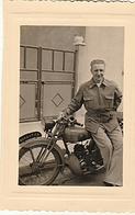 PHOTO  ORIGINAL JEUNE HOMME ET SA MOTO PEUGEOT AOUT 1954 - Cars