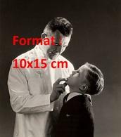 Reproduction D'une Photographie Ancienne D'un Dentiste Auscultant La Bouche D'un Jeune Garçon - Reproductions