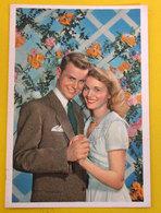 Coppia Innamorati Con Fiori Cartolina - Coppie
