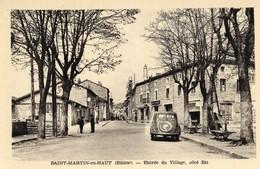 Saint-Martin-en-Haut  69   Entrée Du Village -Coté-Est-Rue Animée Et Voiture Peugeot-Café Et Pompe A Essence - Francia