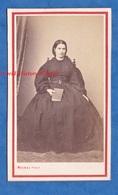 Photo Ancienne CDV Vers 1870 - PARIS - Beau Portrait D'une Jeune Femme Livre à La Main - Photographe Michel - Mode Robe - Photos