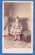 Photo CDV Vers 1865 1870 - PARIS - Beau Portrait D' Enfant Garçon Ou Fille En Robe - Photographe Maujean Mode Pose - Photos