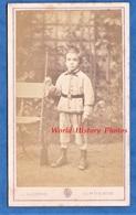 Photo CDV Vers 1870 - PARIS - Portrait Garçon Avec Fusil à Baïonnette Uniforme Ceinturon Enfant De Troupe ? - C. Barenne - Photos