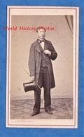 Photo CDV Vers 1870 - PARIS - Portrait Notable à Identifier , Chapeau Haut De Forme & Canne - Photographe J. Larribau - Photos