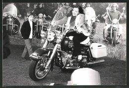 Fotografie Motorrad Harley Davidson, Hübsche Frau Auf Chopper Sitzend - Automobile