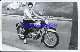 106408 REAL PHOTO MOTORCYCLE AND WOMAN NO POSTAL POSTCARD - Motos