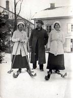Tirage Photo Albuminé Original Sports D'Hiver Et Soeurs Jumelles Skieuses Dans Les Vosges Vers 1910 Skis Bois & Homme - Photos