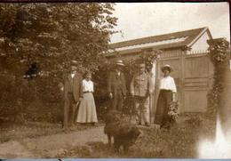 Pt Tirage Photo Albuminé Originale Guerre 1914-18 Chien, Famille Au Parc Et Soldat Convalescent Avec Ses Cannes En 1916 - War, Military