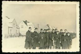 WW II Foto 10 X 6,5 Cm : Gruppe Soldaten In Uniform Im Winter. - Guerre, Militaire