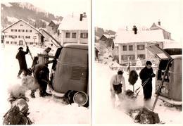 2 Photos Originales Sports D'Hiver En Volkswagen Combi Split Vers 1960 - Rangement Des Skis Et Du Matériel - Automobiles