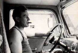Photo Originale Portrait De Camioneur, Routier Au Cigare Et Gros Volant Dans Son Tee-Shirt Marcel Vers 1950/60 - Métiers