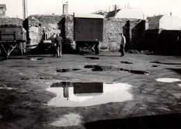 Photo Originale Reflet Et Flaque D'eau Dans La Cour Du Dépôt De Camion Vers 1950/60 - Foto Schramm - Lieux