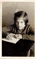 Carte Photo Originale Scolaire - 2colière Modèle à L'écriture, Barrette Et Noeud Dans Les Cheveux En 1937, Tarifs Au Dos - Personnes Anonymes