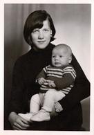 Photo Originale Portrait Studio Mère - Fils Par Le Studio Zelck De Parchim En Allemagne Vers 1970 - Personnes Anonymes