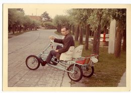 Jeune Homme  Young Man Couleur Voiture Velo Tourisme Tricycle 60s Scan Dos Belgique Tampon - Personnes Anonymes