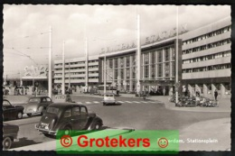 ROTTERDAM Stationsplein Met Diverse Classic Cars Motoren En Bromfietsen Leesbare Kentekens Uit Serie 1 Ca 1958 - Rotterdam