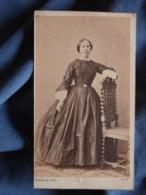 Photo CDV Burgaud à Rochefort  - Second Empire Femme Prenant La Pose, Robe à Crinoline, Datée 1864 L419 - Photos