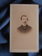 Photo CDV Ch. Neumann à St Jean D'Angély  - Second Empire Portrait Nuage Homme Dédicace Au Dos Datée 1869 L419 - Photos