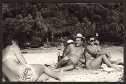 Couple Naked Trunk Man W Hat And Bikini Woman On Beach Old Photo 14x9 Cm #24458 - Personnes Anonymes