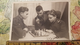 JEU - ECHECS - CHESS - ECHECS  Young Military Playing  - Old Soviet Photo 1940s - Schach