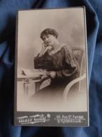 Photo CDV  Tully à Marseille  Femme Assise Lisant Un Magazine  Beau Col En Dentelle CA 1900 - L417 - Photos