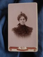 Photo CDV  Cairol à Montpellier  Portrait Femme  Robe Avec Des Volants  Belle Coiffure  CA 1895 - L417 - Photos