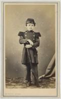 CDV Circa 1870 Rideau à Cherbourg . Garçon En Uniforme Miltaire . Fusil . - Photos