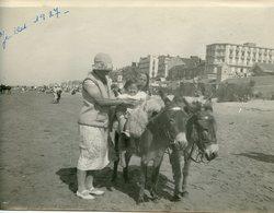 KNOKKE LE ZOUTE BELGIQUE Grande Photo Ane Donkey 20s Enfnt Kids Femme Woman Plage Beach BELGIUM - Personnes Anonymes