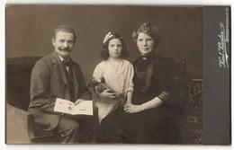 Fotografie Karl Kloster, Berlin, Portrait Mädchen Mit Teddybär Und Eltern - Anonyme Personen