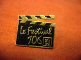 PIN'S AUTOMOBILE PEUGEOT - Le Festival 106 - CLAP CINEMA @ 23 Mm X 21 Mm - Peugeot