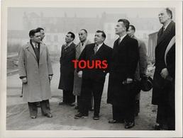 37  TOURS   PHOTO VISITE DES PERSONNALITES DANS TOURS   BON ETAT     24  X  18    PHOTOGRAPHE  R. ARSICAUD TOURS - Tours