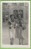 Lisboa - Senhoras Em Passeio - Loja Comercial - Mulher - Woman - Femme - Portugal (Fotográfico) - Lisboa