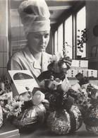 PHOTO ORIGINALE ( 13X18)  Tchecoslovaquie Paques Les Dernieres Operations D Emballages Dans Une Fabrique D Oeufs  PRAGUE - Personnes Identifiées