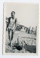 Jeune Homme Man Sexy Beauty Plage Beach Swimsuit Maillot Bain 30s Tee Shirt Mouvement Enfant Jeu Vacances Elegance - Personnes Anonymes