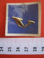 ADESIVO LETTERA IN BLISTER - V - METALLIZZATO ORO GOLD RILIEVO VINTAGE 1970 ADHESIVE ETIQUETA ADHESIF - Adesivi